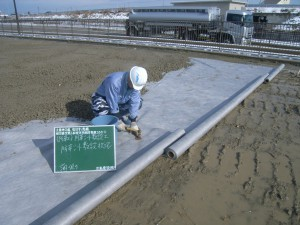 重ね幅は50㎝、砕石の下になるので半永久的に防草します。